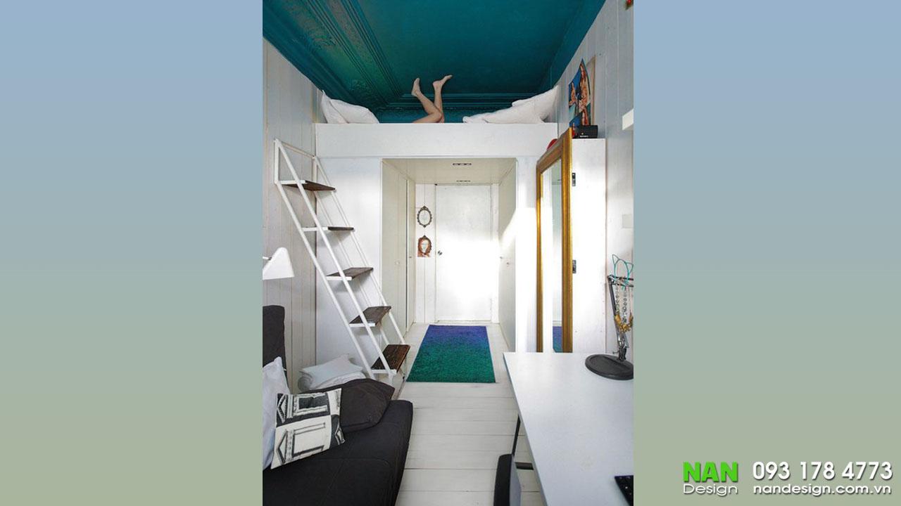 Nội thất căn hộ nhỏ với điểm nhấn trần nhà màu xanh